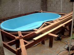 Resultado de imagen para piscina de fibra com deck Backyard Pool Designs, Swimming Pools Backyard, Swimming Pool Designs, Piscina Diy, Mini Pool, Outdoor Tables, Outdoor Decor, Small Pools, Plunge Pool