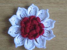 Horgolt virág kitűző bross