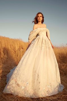 Zuhair Murad Bridal Fall 2020 dress Collection for Wedding. Beautiful and happy bride in a marvelous wedding gown couldn't be a bridezilla Yellow Wedding Dress, Wedding Dress Trends, Tulle Wedding, Wedding Gowns, Zuhair Murad Mariage, Zuhair Murad Bridal, Party Kleidung, Bridal Fashion Week, Bridal Collection