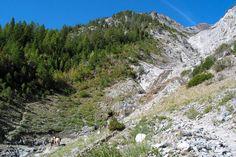 Ao longo da Trilha Hurricane Creek vê-se picos de montanhas e formações rochosas. Slick Rock Gorge é um prado cercado por cachoeiras e montanhas ao longo da trilha, que dá acesso a Eagle Cap Wilderness nas montanhas Wallowa, estado do Oregon, USA.