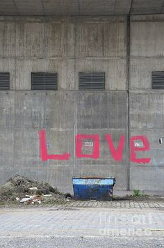 urban scene container in front of a grey wall with the word love spray - Seecontainerhuser Wa
