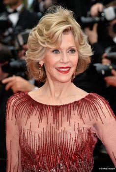 Com seus característicos fios curtos, Jane Fonda dispensou penteados elaborados e usou o próprio corte como diferencial do look usado na cer...
