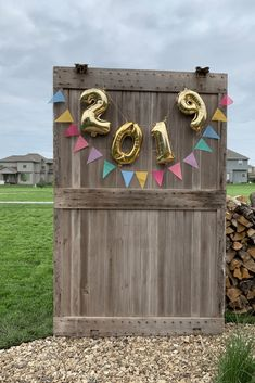 Photo booth backdrop ideas: This post features five photo stations that I fell in love with during this year's round of graduation parties. Picture Booth, Diy Photo Booth Backdrop, Picture Backdrops, Backdrop Ideas, Booth Ideas, Photo Booths, Photo Booth Wall, Party Kulissen, Party Ideas