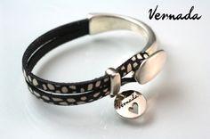 Vernada Design -nahkakäsikoru, musta-valkoinen, koukkulukko. #Vernada #jewelry #bracelet #wraparound #leather #suomestakäsin #finnishdesign
