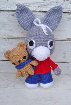 Liebevoll gehäkelter Eselchen **TROTRO** sucht ein neues Zuhause **TROTRO** ist ein kleiner Esel, aber mit dem Kopf voller Ideen. Er weiß genau was er mag und was er überhaupt nicht leiden...