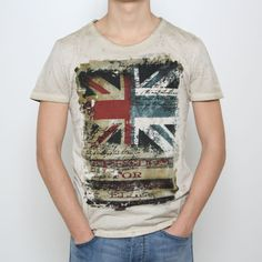 T-shirt Yes-Zee in 2 versioni di colore in tessuto maltinto e vintage: avio e sabbia, manica corta, girocollo, stampa frontale con bandiera inglese, vestibilità regular.