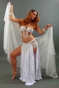 Bérinice un costume de danse orientale aux lignes pures et sensuelles.