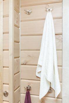 Rundtømmerpanel på badet gjør rommet lunt og behagelig. Bathroom, Interior, Washroom, Indoor, Full Bath, Interiors, Bath, Bathrooms