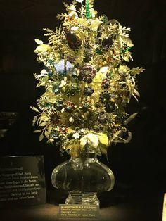 Ten bukiet austriacka cesarzowa Maria Teresa przesłała księciu lotaryńskiemu Franciszkowi Stefanowi w 1736 roku. Był tojej prezent zaręczynowy. Niesamowite dzieło zdobi 1500 diamentów oraz1300 barwnych kamieni szlachetnych, wtym rubiny, chryzolity, szafiry, szmaragdy, topazy, hiacynty, granaty iturkusy. Warto zwrócić uwagę naliście orazłodygi wykonane zbiałego pergaminu orazpszczołę, osę, ważkę, chrząszcza iimuchę, które złotnik umieścił pomiędzy kwiatami.