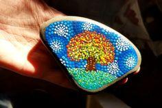 Hand Painted strand steen uit de oevers van Lake Erie door Miranda Pitrone  Stip Art Fall Tree  Grootte: ca. 4 x 3 duim  Kleuren: Wit, bleek groen, gras groen, Violet paars, Magenta, bleke blauw, Turquoise blauw, geel, Toscaanse rood, lichtgeel, oranje, Tangerine  Vorm: driehoek Medium: Watergedragen acryl  Verzegeld/Protectant: Ja. met Indoor/Outdoor UV protectant vernis - Gloss  Stijl: Mandala, ringen, Fall Tree scène, herfst scène Techniek: Pointillisme, Dotillism, dot kunst  Doe wat…