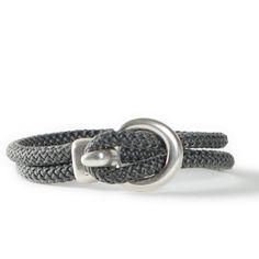 Armband aus Segelseil mit einem großen Verschluss aus Metall. Alle Materialien sind bei Glücksfieber erhältlich.