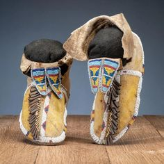 For Auction: Southern Plains Beaded Hide Moccasins (#0275) on Sep 18, 2020 | Cowan's Auctions in OH Native American Artifacts, Native American Beadwork, American Indian Art, American Indians, Plain Girl, Native American Moccasins, Saddle Blanket, Beaded Bags, Fashion Branding