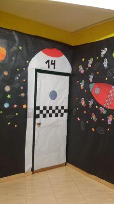 puerta de mi aula con el proyecto el universo