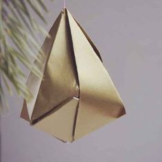 Fold this paper diamond with origami technique. Step by step pictures. In Swedish.