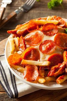 Pepperoni and Cheese Pizza Fries Wide Open Eats, Appetizers Pepperoni Pizza Fries Recipe Fries I Knead to Eat. Snack Recipes, Cooking Recipes, Healthy Recipes, Snacks, Pizza Recipes, Pizza Fries Recipe, Pizza Chips, French Fries Recipe, Mouth Watering Food