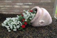 23 vasos que derramaram suas flores transformando-as em arroios de pintura