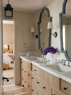 La salle de bains privative de la chambre d'amis avec double lavabo et beaucoup de rangements