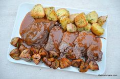 Smothered roast beef with wine sauce, tomatoes and baked vegetables Baked Vegetables, Romanian Food, Wine Sauce, Cordon Bleu, Roast Beef, Chicken Wings, Food Art, Food And Drink, Potatoes
