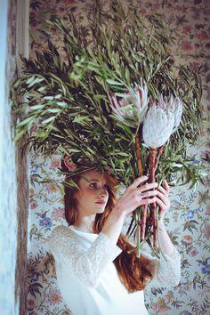Floriane Caux Photographe de Mariage - Toulouse, France, Worldwide: Mariage Funky, inspiration Tim Walker à l'Abbaye de Camon #weddingflowers #poppyfigueflower