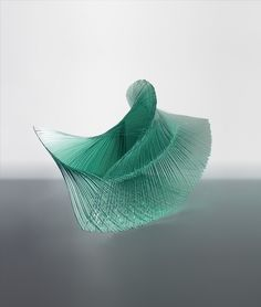 Escultura... Artista de Kyoto, Niyoko Ikuta, uma das figuras mais proeminentes da arte em vidro japonesa contemporânea, produz esculturas evocativas elaboradas com chapas de vidro. Depois de esboçar um projeto de trabalho, ela corta folhas de vidro em painéis finos e adere-os em formas delicadas e camadas usando uma cola completamente transparente, deixando-nos com estas formas fluidas de tirar o fôlego.