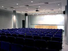 L'auditori del museu. Una sala amb 168 seients i 200 m2. Ideal per fer conferències, presentacions... Equipat amb una càbina de so aillada. Disponible per llogar.