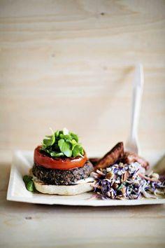 Mustapapuburgerit ja vegaaninen coleslaw