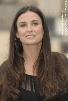 Demi Moore wearing her hair long, center parted and with angles along the sides. A good hairstyle for a square face and a long neck. Demi Moore Hair, 2015 Hairstyles, Cool Hairstyles, Center Part Hairstyles, Blond, Aubrey Plaza, Square Faces, Dream Hair, Celebrity Babies