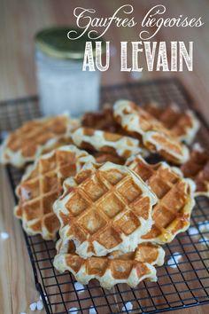 Après le pain, les brioches ... tout ce qui est assimilé à la pâte levée appelle le levain pour moi ... et les gaufres n'y coupent pas ! Comme j'ai reçu de Marion un paquet de vrai sucre casson, les gaufres liégeoises étaient un test de rigueur ! J'ai utilisé la recette de Lili, et un peu modifiée pour y intégrer le levain. Et maintenant que Carine a publié une recette de gaufres de Bruxelles au levain, je ne pense plus qu'à ça !  Gaufres liégeoises au levain Pour 15 gaufres environ   250g…
