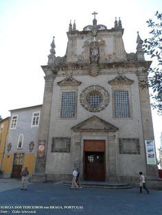 Igreja dos Terceiros em Braga,Portugal. Tem uma fachada frontal diferenciada por não possuir torres. Antiga e bonita. Como referencia de sua localização fica no centro histórico,bem próxima à Torre de Menagem. Foto : Cida Werneck