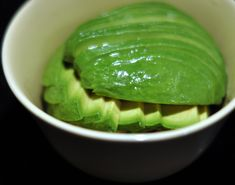 Want to eat avocado but it is hard as a rock? Try this awesome hack for ripening avocado in just 10 minutes. Healthy Fats, Healthy Weight Loss, Healthy Life, Healthy Recipes, Healthy Dishes, Beurre Vegan, How To Ripen Avocados, Denmark Food, Avocado Cake