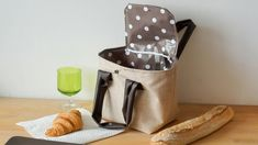 Tuto: fabriquer un sac repas ou lunch bag pour apporter ses plats au bureau DIY: Bring your little dishes anywhere in this pretty bag … - Gutzg Sites Sac Lunch, Kids Lunch Bags, Diy Bags Purses, Diy Purse, Designer Lunch Bags, Diy Organisation, Diy Wallet, Couture Sewing, Dishes