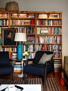 Estante de livros na sala. É 2 em 1: funciona como ponto focal e organiza seus livros