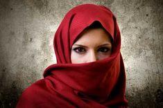 Tcharchaf: Especie de gran manto, usado entre musulmanes. Cubre el rostro y se usa con bordados y grandes flecos.