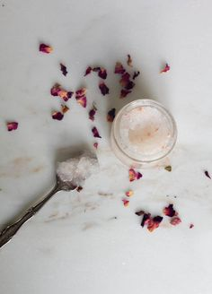 Show off your legs in skirts and shorts with this DIY ingrown hair scrub + 9 more favorite tips and remedies for naturally gorgeous legs. Ingrown Hair Armpit, Infected Ingrown Hair, Ingrown Hair Remedies, Prevent Ingrown Hairs, Acne Remedies, Underarm, Natural Remedies, Exfoliating Gloves, Exfoliating Scrub