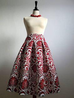 c6c31404d78f Skladaná suknička s motívom veľkých červených kvetov s nádychom hnedej