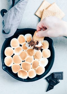 Make S'mores dip yourself - WDF Bbq Deserts, Delicious Desserts, Yummy Food, Bbq Pitmasters, Side Dishes For Bbq, Feel Good Food, Barbecue Recipes, Melting Chocolate, Diy Food