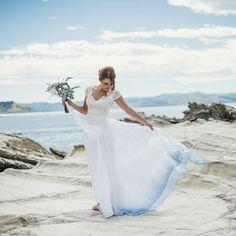 Jetzt kommen weiße Hochzeitskleider mit buntem Saum. Wir lieben den farbenfrohen, neuen Hochzeitskleid-Trend und haben für euch die schönsten Exemplare...