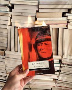 """BIBLIOPHILOVE on Instagram: """"El título de esta increíble novela proviene de la temperatura a la que el papel se quema sin exponerse a las llamas. ¿Sabían que…"""" Fahrenheit 451, Llamas, Cover, Books, Instagram, Novels, Paper Envelopes, Libros, Book"""