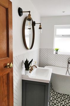 Bathroom Design Small, Simple Bathroom, Bathroom Interior Design, Interior Ideas, White Bathroom, Master Bathroom, Small Bathroom Tub Ideas, Ideas For Small Bathrooms, Small Bathroom Decorating