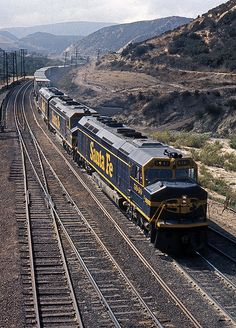 Repainted 5940 leads the e/b 891 train at Cajon on Sept. Bnsf Railway, Railroad Pictures, Burlington Northern, Railroad Photography, Bonde, Train Art, Train Pictures, Old Trains, Train Engines