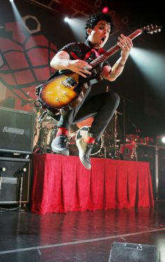 Billie Joe Armstrong performing American Idiot for the first time on September 16th, 2004 in Hollywood, California.