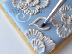 Brush Embroidery – Cookie Box Tutorial from Sweetambs Cookie Art Cookie Box, Cookie Icing, Royal Icing Cookies, Cookie Favors, Cookie Ideas, Cake Cookies, Cookie Recipes, Cookies Decorados, Galletas Cookies