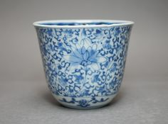 imari ware / 18th century hand-painted design of a flower