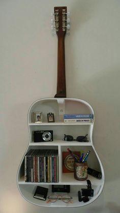 Linda prateleira com violão!