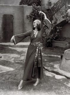 Loretta Young Photos - Loretta Young Picture Gallery - FamousFix - Page 17 Vintage Hollywood, In Hollywood, Bishop Wife, Loretta Young, Farmer's Daughter, Style And Grace, Vintage Movies, Statue, Lady