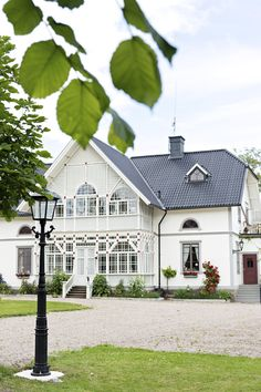 Snacka om sekelskifte! Underbara spröjsade fönster välkomnar besökaren. //Beautiful house in the Swedish countryside. alltihemmet.se Foto: Cecilia Möller Exterior Design, Interior And Exterior, Home Focus, Sweden House, Nordic Home, Cottage Homes, Old Houses, Curb Appeal, My Dream Home