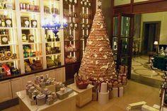 Het Corinthia Hotel in London heeft een van de smakelijkste bomen staan. Deze is gemaakt van peperkoek!