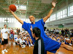 Referência Análoga (Nível de Relevância: 2) Kareem Abdul Jabar, um dos maiores jogadores da NBA em um workshop em algum Adidas Superstar Camp.