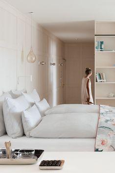 Das Design des neuen Hotelzimmers/Juffing Suite: Einzigartig, individuell, hochwertig, phantasievoll & originell.   #juffing #interior #design #urbanchic #innenarchiektur #interiorgoals #hästens #hoteldekor #hästensbeds #smalldetails #tyrol #hideaway #thiersee #holidayhotel #wellness #hoteldesign #suite  #hotelrooms #spa #treatment #zaffarano #hefel #kissen #romo Spa Hotel, Modern, Wellness, Bed, Furniture, Design, Home Decor, Hotel Bedrooms, Unique
