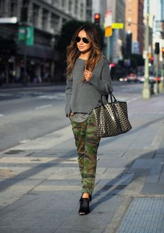 Camo leggings are the best blend of tough & girly! We love the way they can transform any outfit and we're sharing our favorite ways to rock camo leggings! Camo Leggings Outfit, Legging Outfits, Camo Outfits, Army Pants Outfit, Dress Pants, Camo Fashion, Look Fashion, Autumn Fashion, Teen Fashion